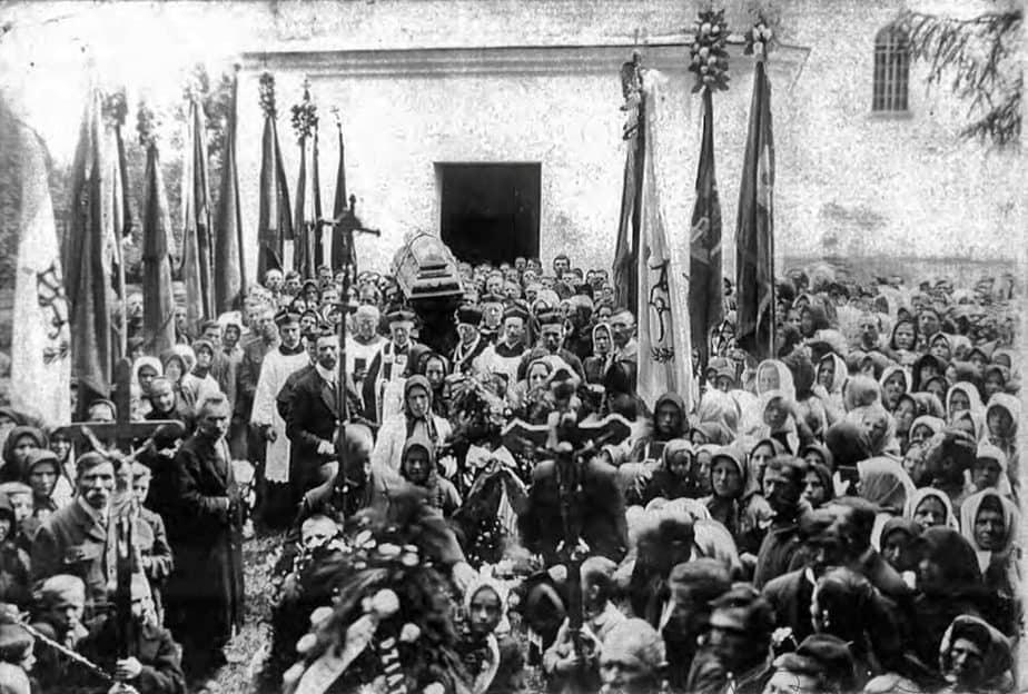 1930 - ks. Bilski na pogrzebie gen Roberta Lamezana w Świrzu - pierwszy z lewej strony trumny